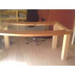 Holztisch mit Glasplatte