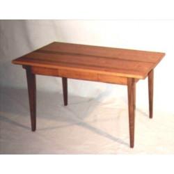 Tisch in klassischer Form